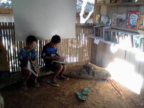 Anak-anak cukup antusias membaca meski dalam kondisi seadanya