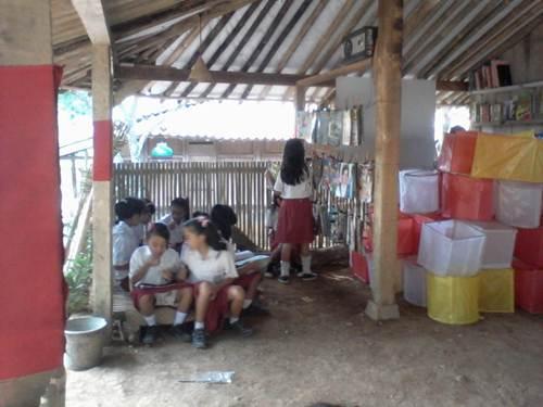 Anak-anak membaca diantara tumpukan lampion bekas pembukaan Tumpi Readhouse