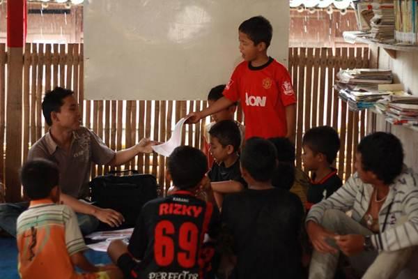 Interaksi yang hangat antara Guru dan Siswa