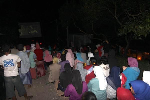 Pengunjung sedang menikmati film yang dibuat oleh salah satu warga