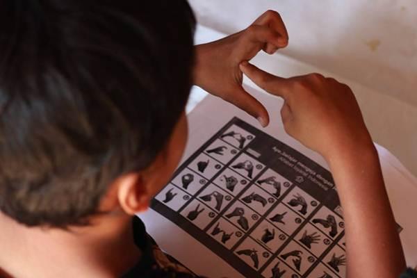 Praktik bahasa isyarat