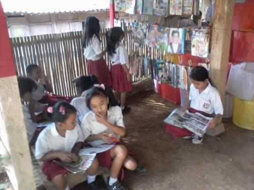Sehari setelah peresmian Tumpi Readhouse 17-07-2012, anak-anak SD memanfaatkan waktu kosong membaca di perpustakaan.
