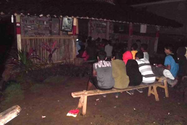 Suasana malam menonton film di Tumpi Readhouse