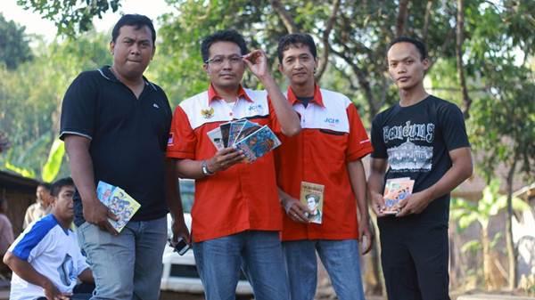 Teman-teman JCI membawa buku sumbangan untuk Tumpi Readhouse dalam acara Jalan Remaja 1208 Made in Indonesia