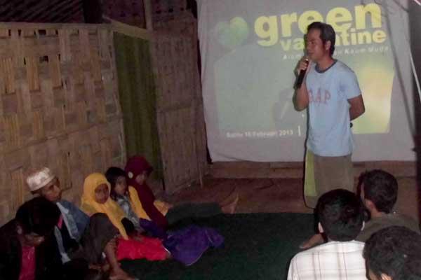 Wahyono, divisi program tumpi readhouse memaparkan kegiatan Green Valentine - Alam, Cinta dan Kaum Muda