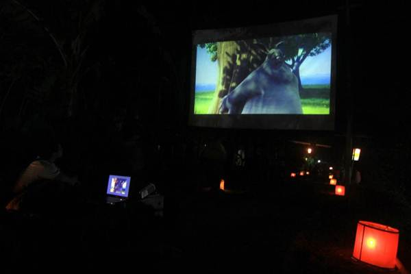 pemutaran film dengan layar tancap di jalan depan perpustakaan